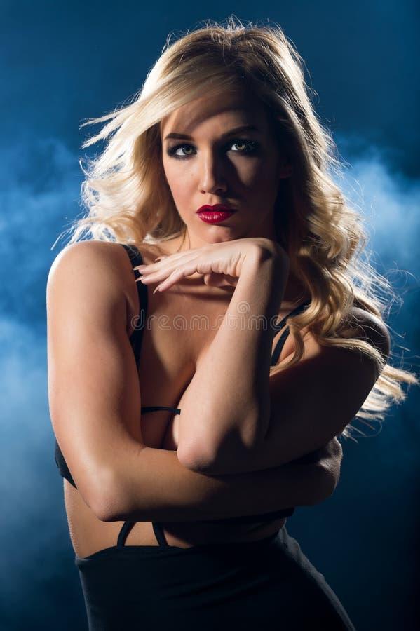 Femme sensuelle regardant l'appareil-photo dans une robe de nuit image stock