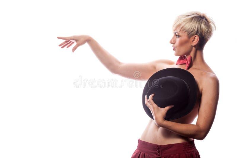 Femme sensuelle sexy couvrant ses seins de chapeau image stock