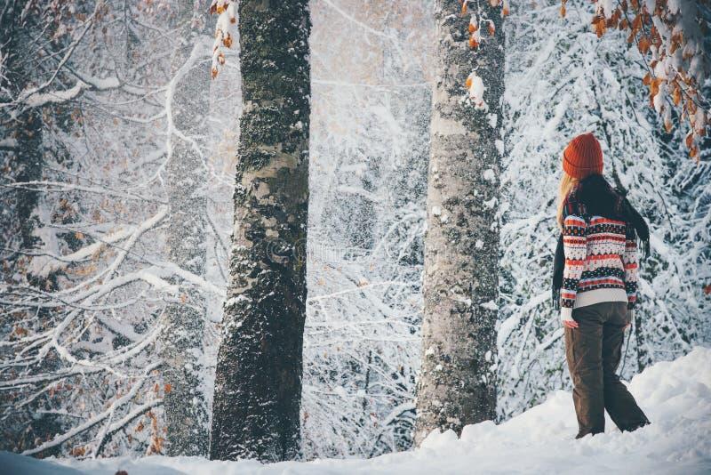 Femme seul marchant dans le mode de vie de voyage de forêt d'hiver photos stock