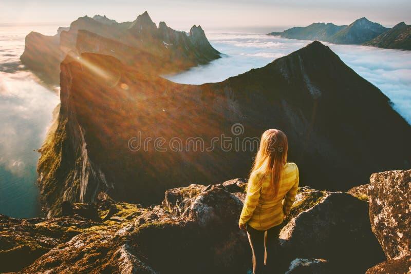Femme seul se tenant dans la hausse de montagnes de coucher du soleil extérieure images stock