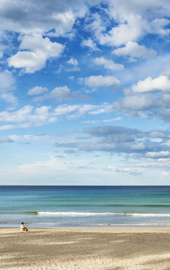 Femme seule solitaire sur l'Australie du nord de Sydney de plage virile photos stock