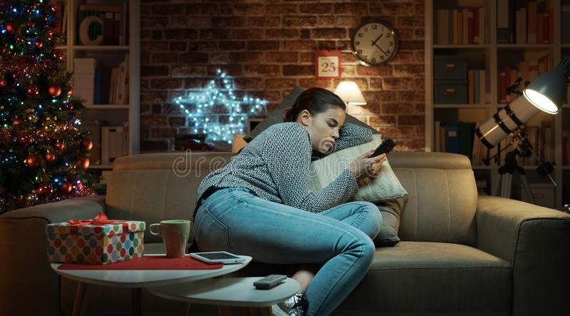 Femme seule triste causant le r?veillon de No?l photo stock