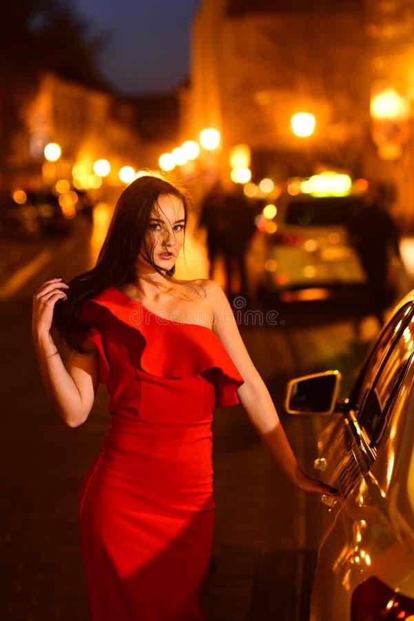 Femme sexy à la voiture Star d'Hollywood Modèle à la mode de fille élégante à la rue de ville de nuit images libres de droits