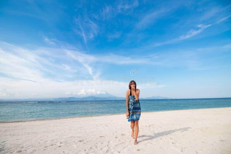 Femme sexy assez chaude de jeunes sur l'île tropicale en été près de la mer et du ciel bleu donnant le baiser d'air et ayant l'am photos stock