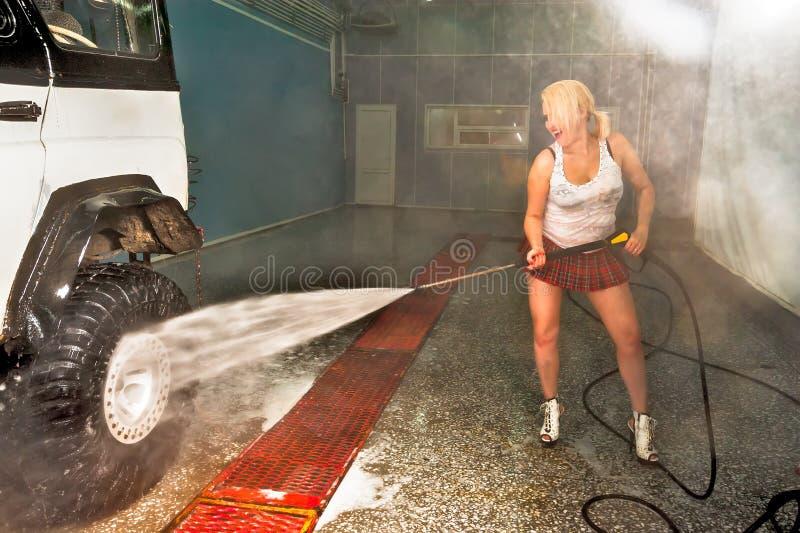Femme sexy attirante lavant la voiture photographie stock