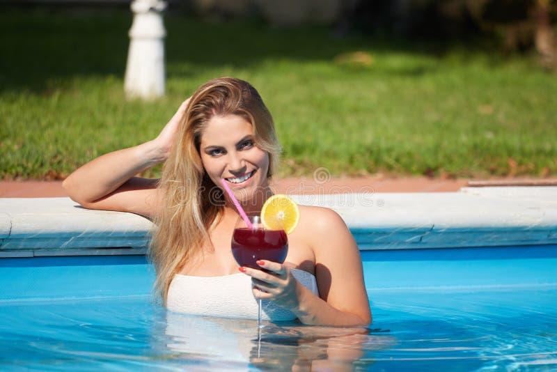 Femme sexy au bord de la piscine photographie stock