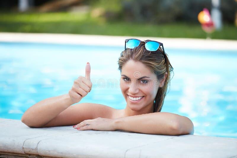 Femme sexy au bord de la piscine image stock image 76400319 for Au bord de la piscine