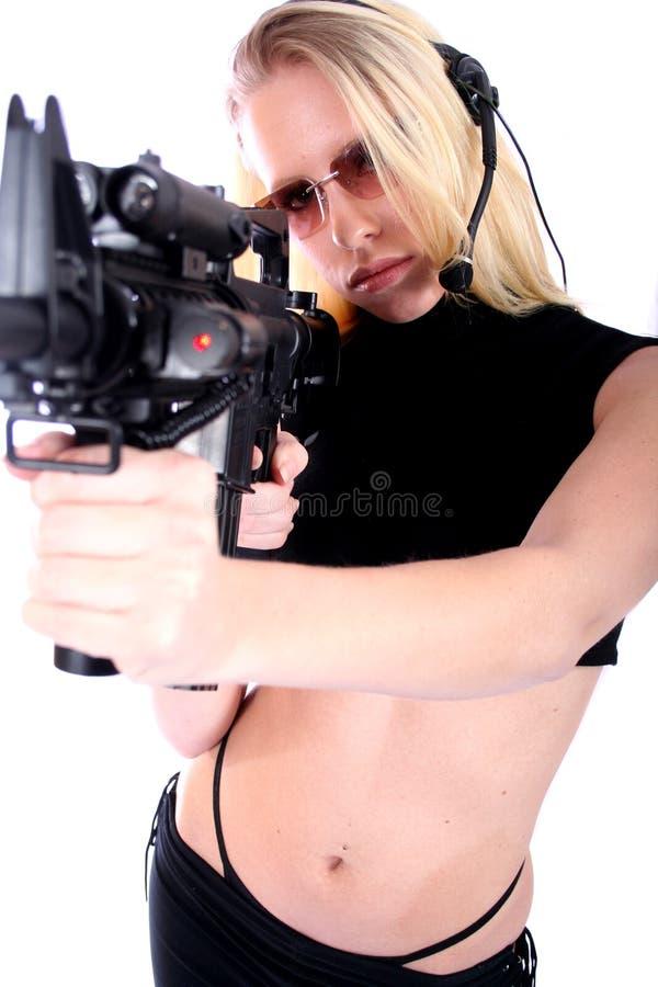 Download Femme sexy avec des canons photo stock. Image du beau, munitions - 736350