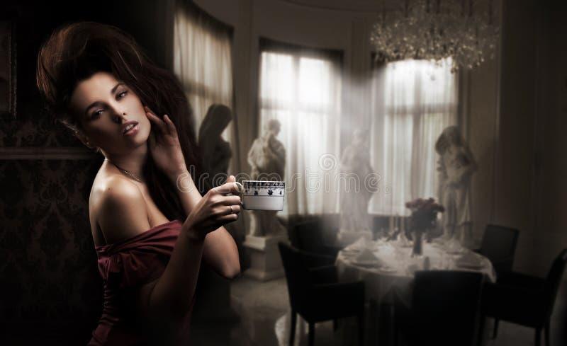 Femme sexy avec la cuvette de café photo stock