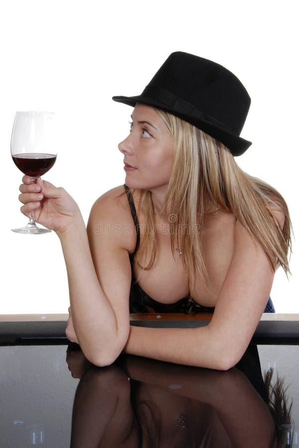 Femme sexy avec la glace de vin image libre de droits