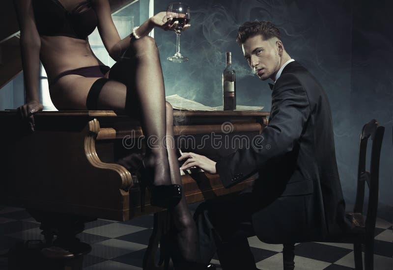 Femme Sexy Avec La Glace De Vin Photos stock