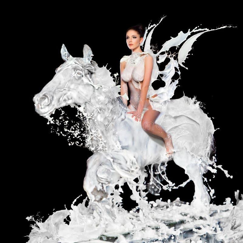 Femme sexy avec le cheval de lait images stock