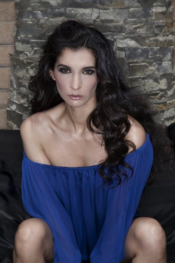 Femme sexy avec le cheveu noir image stock