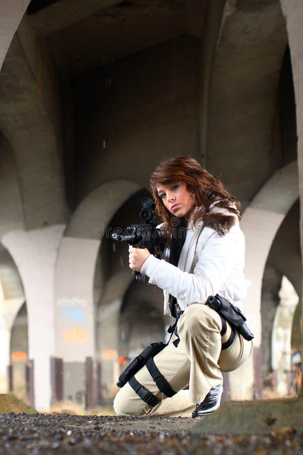 Femme sexy avec le fusil images stock