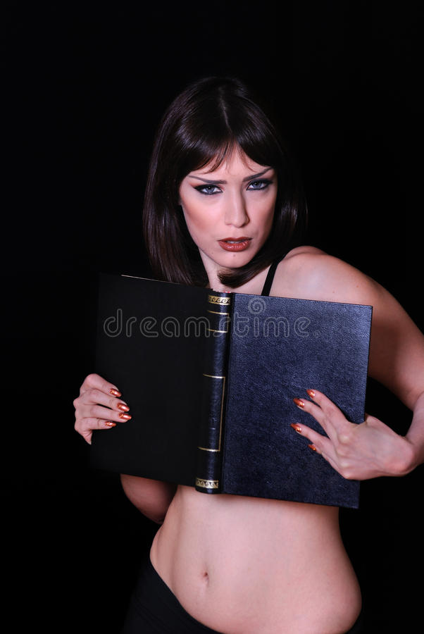Femme sexy avec le livre noir image stock