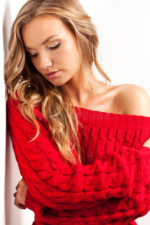 Femme sexy blond portant la robe rouge images stock