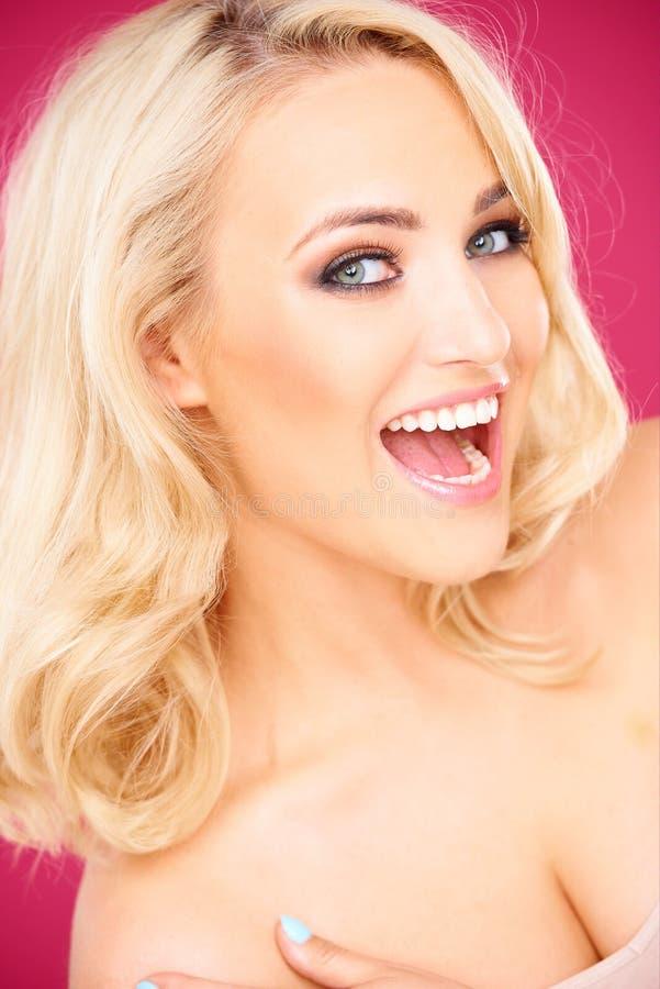 Femme sexy blonde heureuse regardant l'appareil-photo image libre de droits