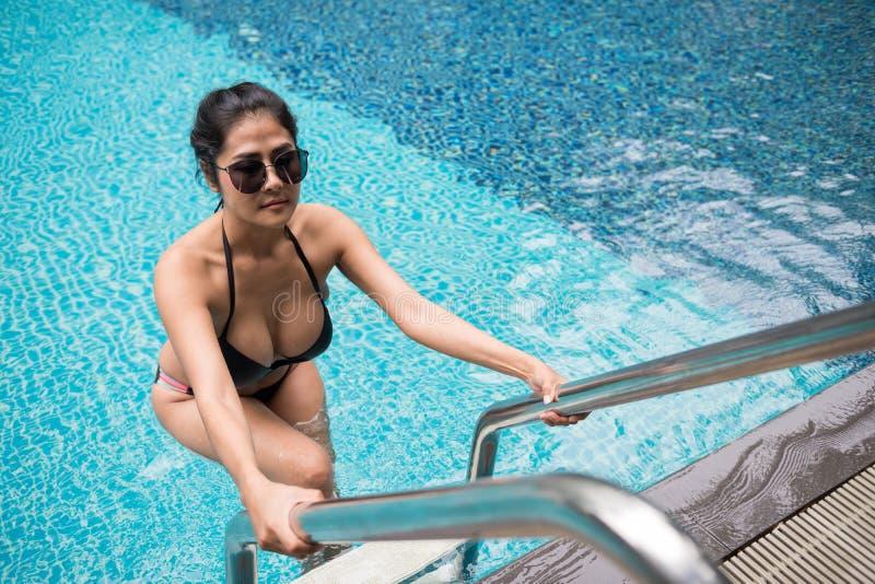 Femme sexy bronzage asiatique à la piscine photos stock