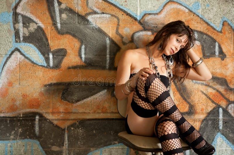 Femme sexy contre le mur de graffiti images stock