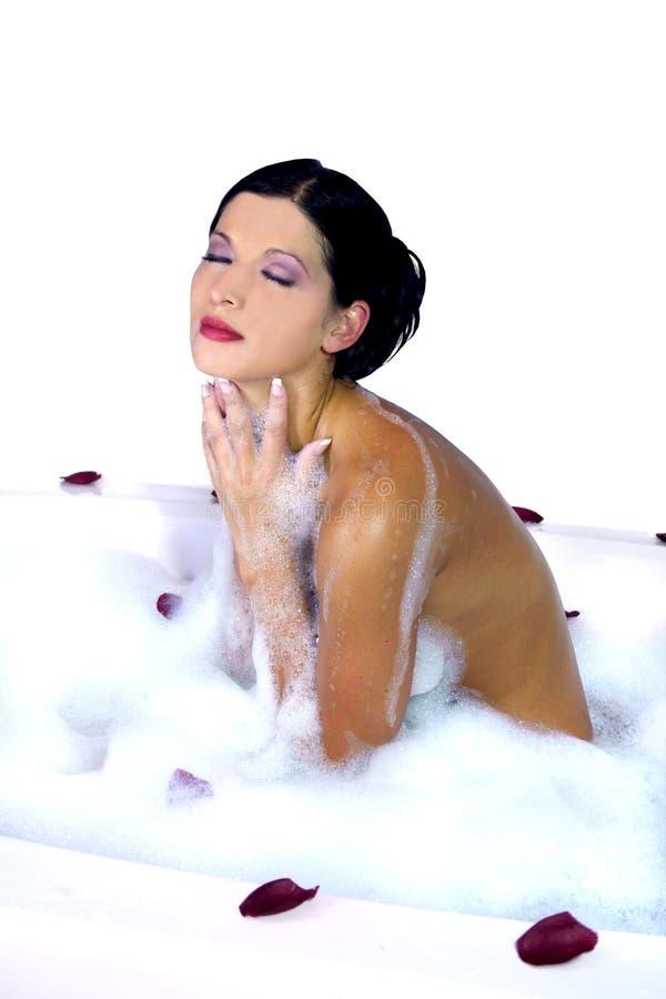 Femme sexy détendant dans un baquet image stock