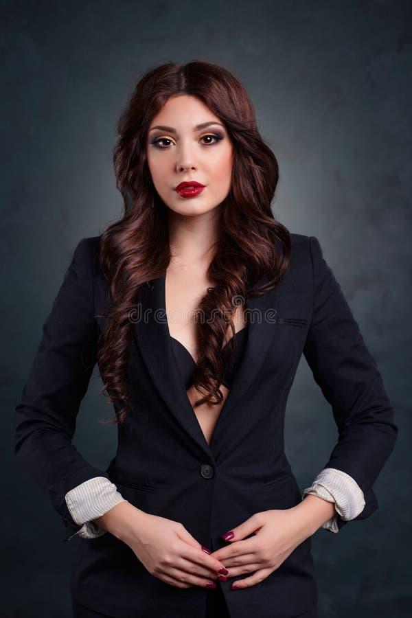 Femme sexy d'affaires dans un costume foncé Beau secrétaire sexy image libre de droits