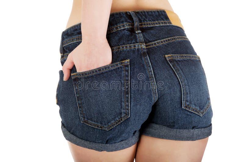 Femme sexy dans des shorts de jeans images libres de droits