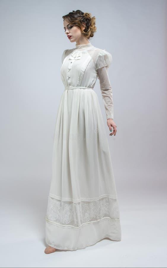 Femme sexy dans la longue rétro robe blanche images stock