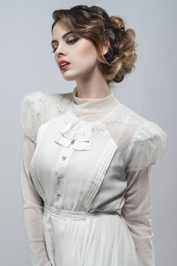 Femme sexy dans la longue rétro robe blanche photos libres de droits
