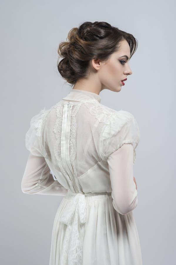 Femme sexy dans la robe blanche photographie stock libre de droits