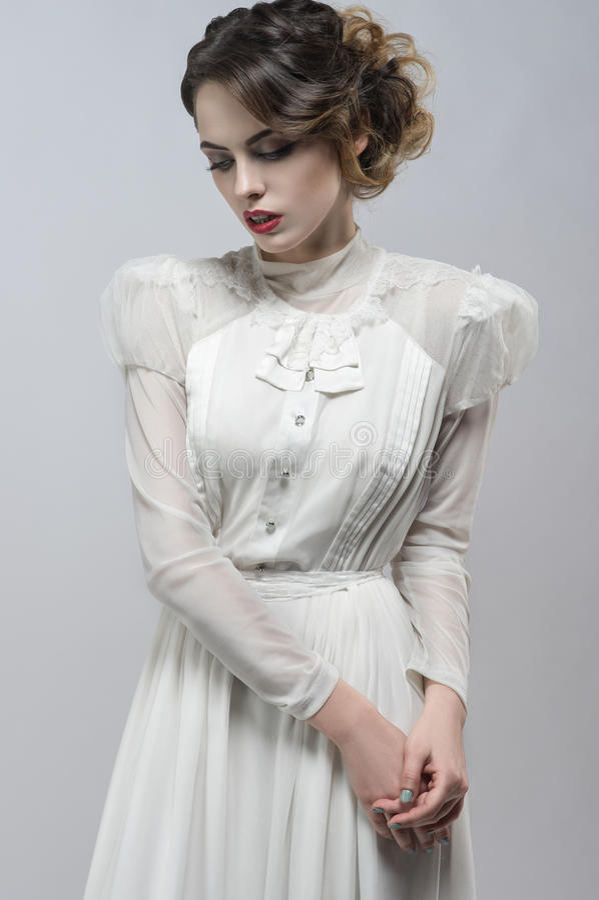 Femme sexy dans la robe blanche images stock