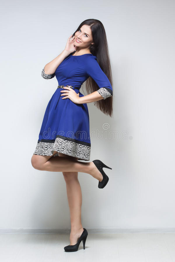 Femme sexy dans la robe bleue photos stock
