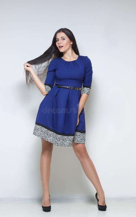 Femme sexy dans la robe bleue photo stock