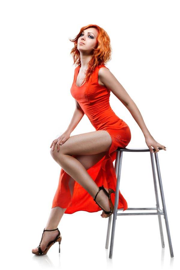 Femme sexy dans la robe rouge d'isolement photo stock