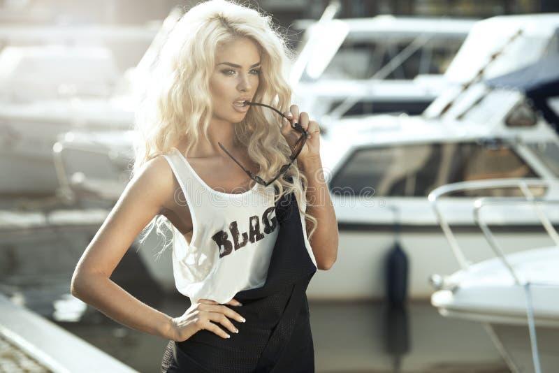 Femme sexy dans la ville images libres de droits