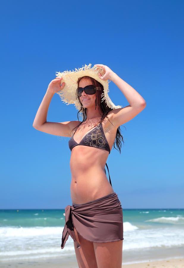 Femme sexy dans le bikini sur la plage photo libre de droits