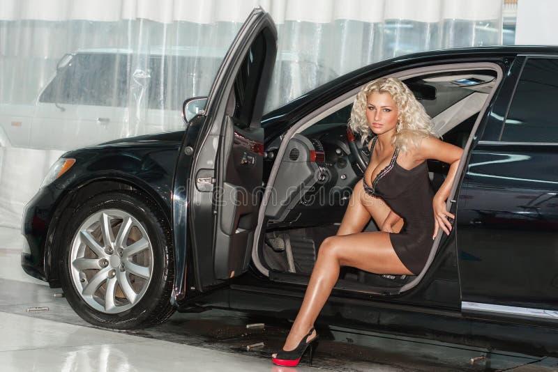 femme sexy dans le véhicule image libre de droits