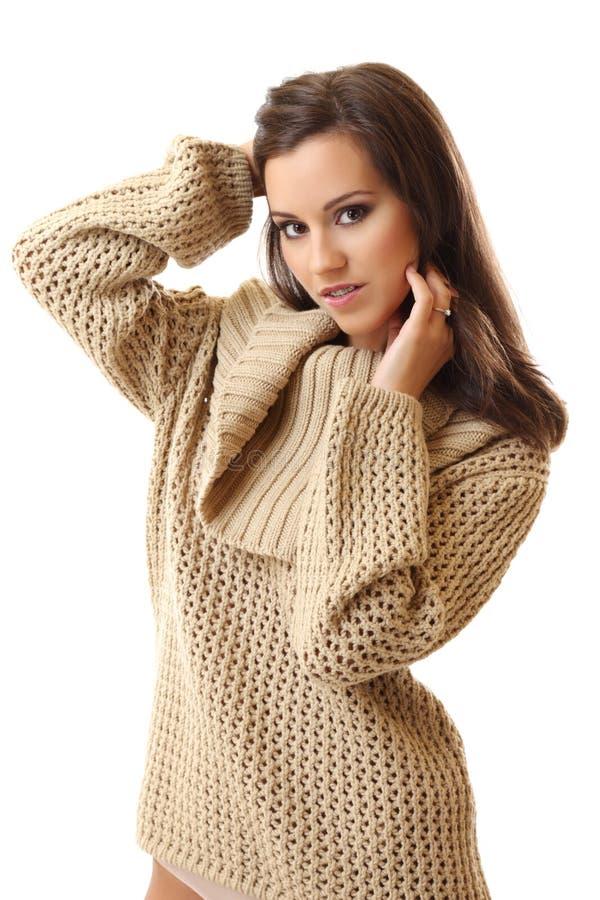 Femme sexy de brunette posant sur le fond blanc photos libres de droits