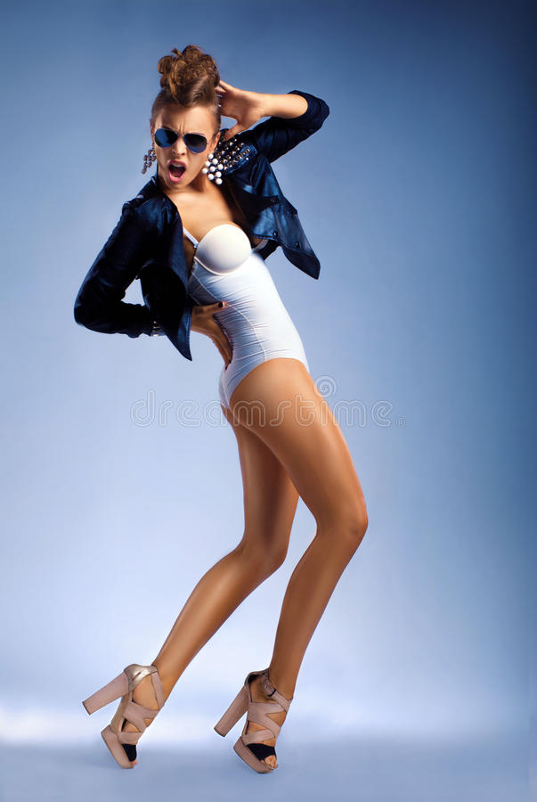 Femme sexy de danse de mode d'isolement dans des lunettes de soleil photo libre de droits