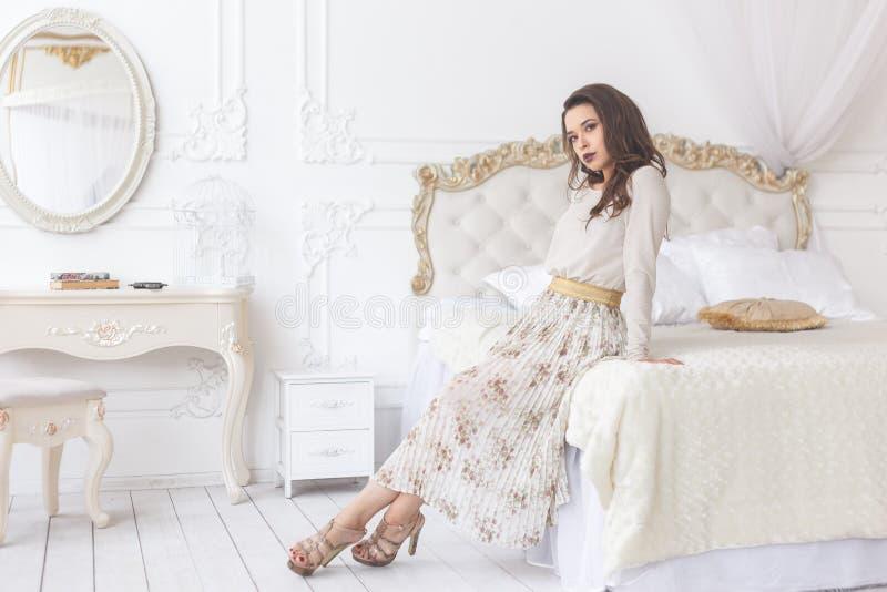 Femme sexy de jeune brune de beauté dans l'intérieur à la maison de luxe, chambre à coucher féerique image stock