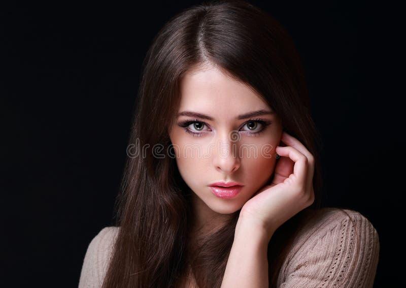 Femme sexy de maquillage regardant sur le noir photo stock