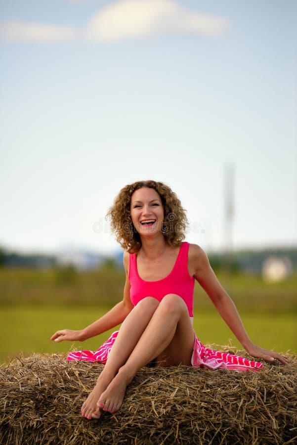 Download Femme Sexy De Mode Dans La Robe Rouge Sur La Meule De Foin Photo stock - Image du émotions, amusement: 45355464