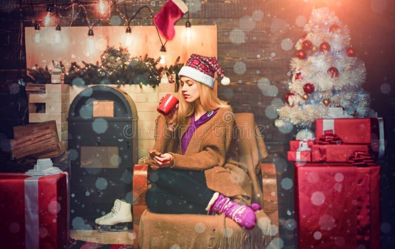 Femme sexy du Père Noël posant sur fond de Noël vintage Fête du glamour Nouvel An Modèle féminin blonde habillé en images libres de droits