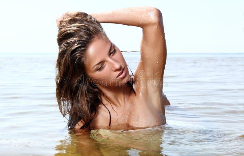 Femme sexy et belle sur la plage photo libre de droits