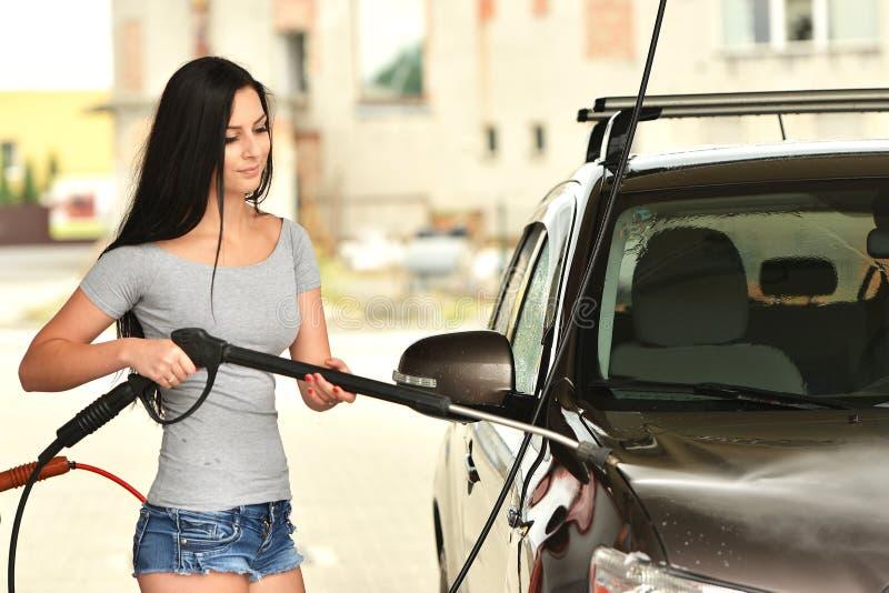 femme sexy lavant le sourire de voiture image stock image du personne glace 57421029. Black Bedroom Furniture Sets. Home Design Ideas
