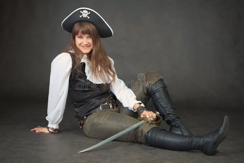 Femme sexy - le pirate s'assied sur le fond noir images libres de droits