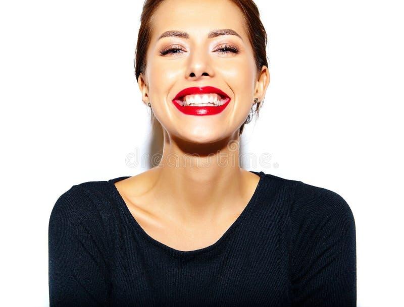Femme sexy mignonne de brune d'Appy dans la robe noire occasionnelle avec les lèvres rouges photographie stock