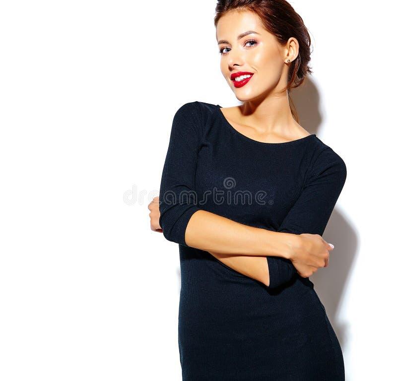 Femme sexy mignonne heureuse de brune dans la robe noire occasionnelle avec les lèvres rouges image libre de droits