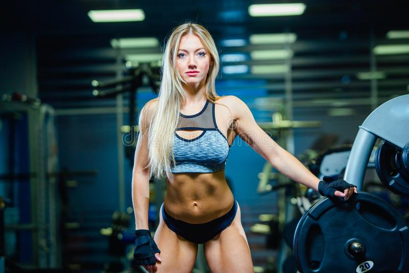 Femme sexy musculaire de femme de forme physique détendant dans le gymnase style de vie sain de concept Bodybuilder en gymnastiqu images stock