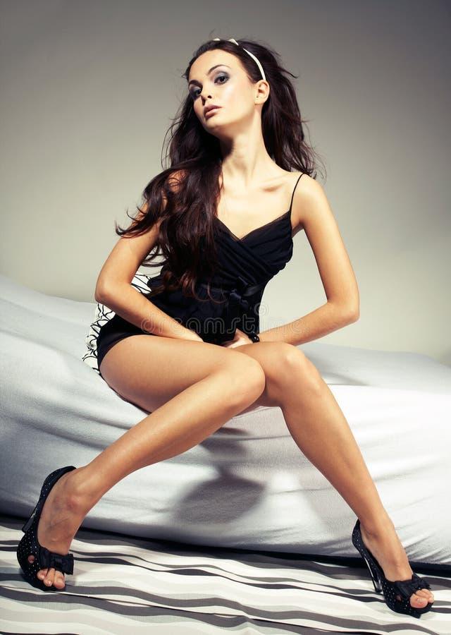 Femme sexy s'asseyant sur le bâti photographie stock libre de droits