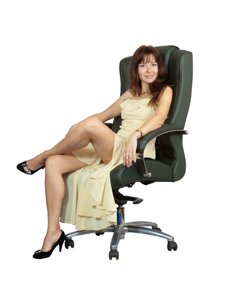 Femme sexy s 39 asseyant sur le fauteuil de luxe de bureau - Fauteuil de bureau luxe ...